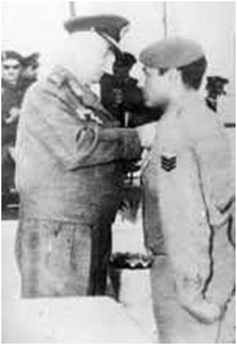"""מחמד עבד אל-עאטי (למעלה עם חברים) ומקבל את עיטור """"כוכב סיני"""", שהוא הגבוה בעיטורי צבא מצרים"""