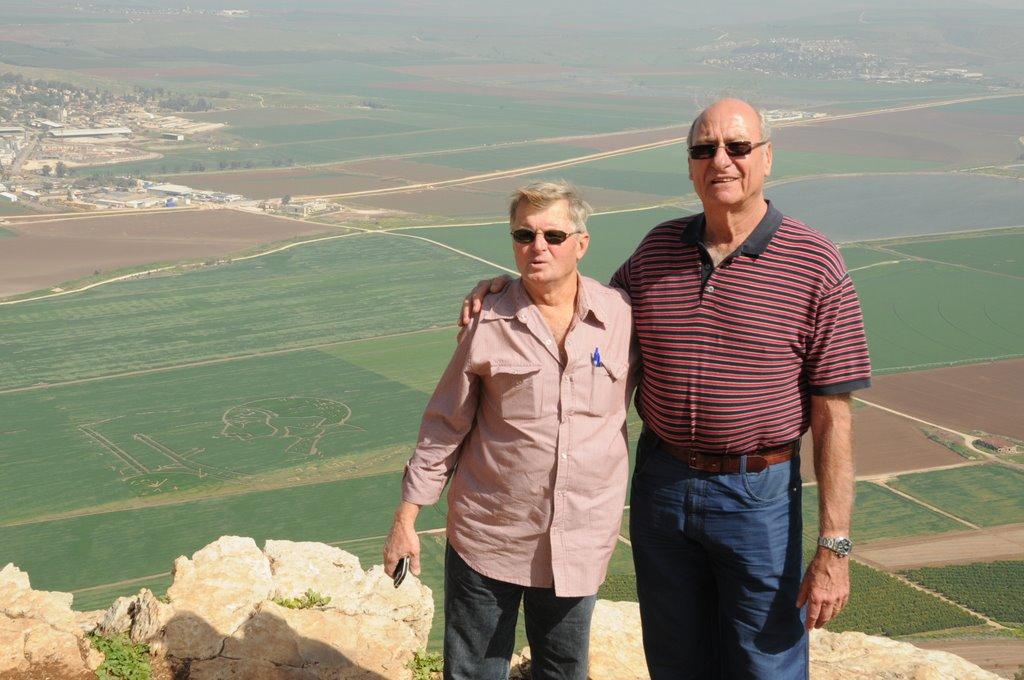 דוד עינב - צילום בכתף שאול - אמנון רשף ופטר וינר על רקע ציור השדה - 22.01.14
