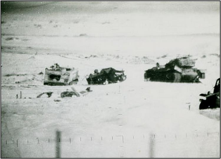 """תמונה מהקרב: הטנק בצד ימין - טנק ניסנבוים. הטנק במרכז - הטנק של פלר. הנגמ""""ש משמאל - נגמ""""ש"""