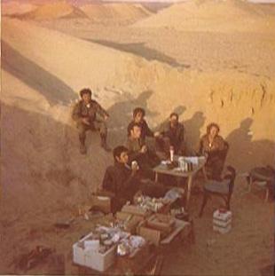 """עם אנשי הצוות שלי במטבח - צומת """"צח"""" - מיד לאחר המלחמה"""