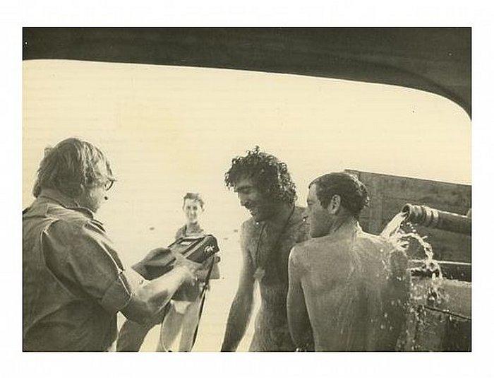 מקלחת לרגל ערב חג הסוכות - עמוס אטינגר מראיין חיילים, תוך כדי המקלחת