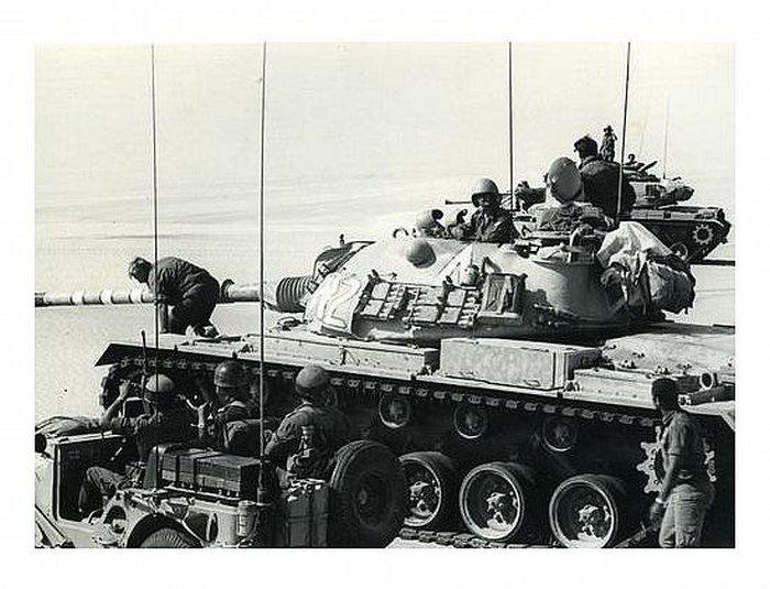 """מפקד האוגדה אלוף (מיל.) אריאל שרון יורד מטנק ה-מח""""ט לאחר תצפית בשטח"""