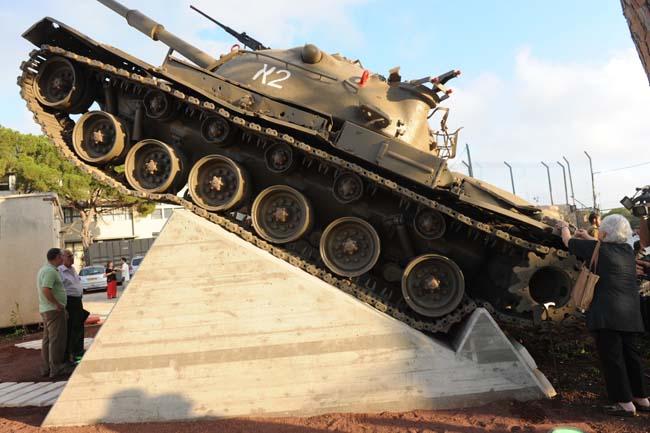 טנק הצוערים במיקומו החדש בחצר הפנימייה הצבאית בחיפה