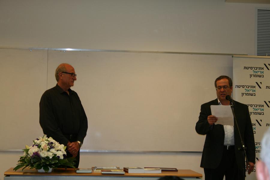 אמנון רשף מקבל את הפרס מידי ד''ר רון שלייפר