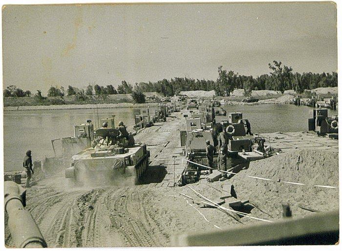חציית התעלה על גשר הדוברות - 19.10.1973